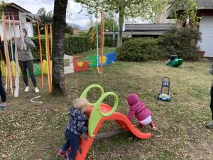 giocando in giardino
